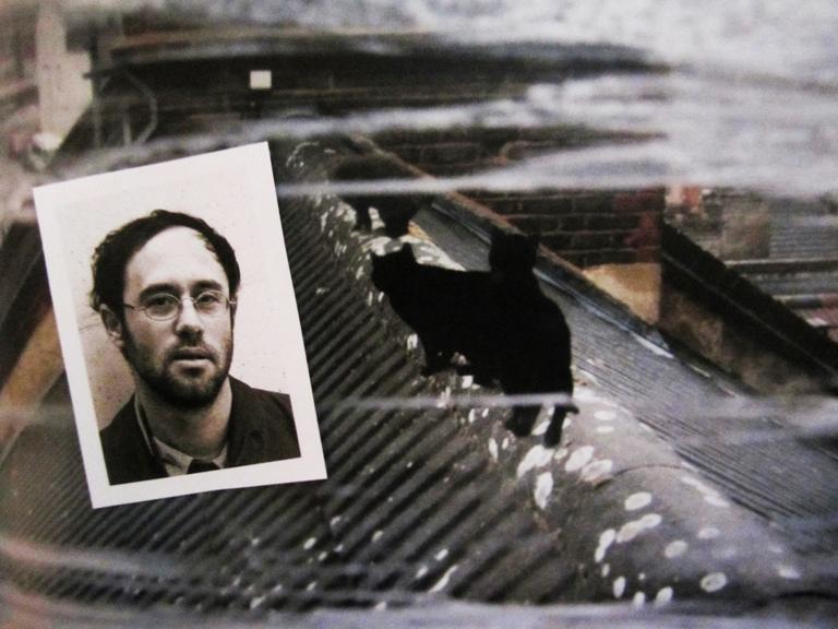 """Omer Fast über Erinnerungsprozesse im Film. Omer Fast und eine Filmszene aus """"Remainder"""""""