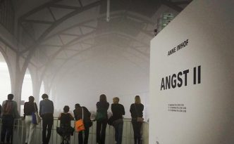 "Anne Imhofs ""Angst II"". im Hamburger Bahnhof: Irritation im Nebel. copyright: Kulturschoxx/Susanne Gietl"